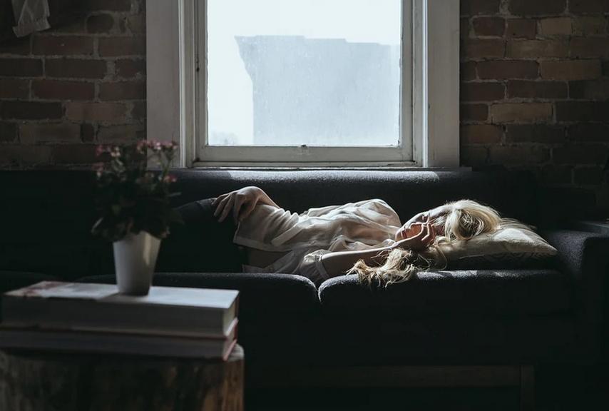 Dormir sur le ventre : avantages et risques
